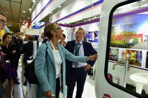 Madame Borne, présidente de la RATP , examine l'innovation primée, portée par Louis Rustin