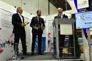 L'Ambassadeur de France récompense Alain Lovembac de CIM